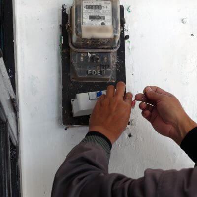 Petugas PLN memasang MCB baru untuk penambahan daya pada meteran listrik