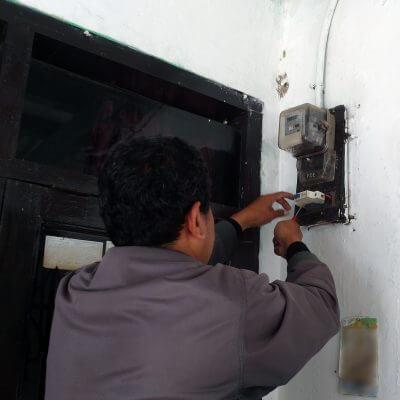 Petugas PLN memeriksa MCB lama untuk proses penambahan daya